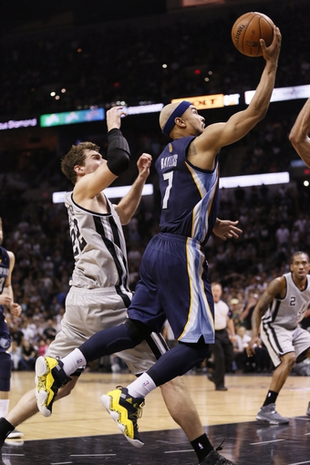May 21, 2013; San Antonio, TX, USA; Memphis Grizzlies guard Jerryd Bayless (7) drives to the basket past San Antonio Spurs forward Tiago Splitter (22) in game two of the Western Conference finals of the 2013 NBA Playoffs at AT&T Center. The Spurs won 93-89. Mandatory Credit: Soobum Im-USA TODAY Sports
