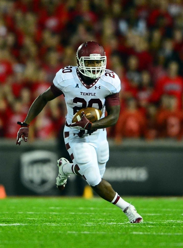 Oct 11, 2013; Cincinnati, OH, USA; Temple Owls running back Kenneth Harper (20) runs the ball during the second quarter against the Cincinnati Bearcats at Nippert Stadium. Mandatory Credit: Andrew Weber-USA TODAY Sports