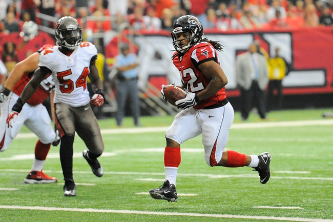 Oct 20, 2013; Atlanta, GA, USA; Atlanta Falcons running back Jacquizz Rodgers (32) scores a touchdown against the Tampa Bay Buccaneers during the second half at the Georgia Dome. The Falcons defeated the Buccaneers 31-23.  Mandatory Credit: Dale Zanine-USA TODAY Sports