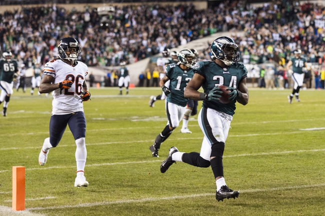 Dec 22, 2013; Philadelphia, PA, USA; Philadelphia Eagles running back Bryce Brown (34) carries for a touchdown during the fourth quarter against the Chicago Bears at Lincoln Financial Field. The Eagles defeated the Bears 54-11. Mandatory Credit: Howard Smith-USA TODAY Sports