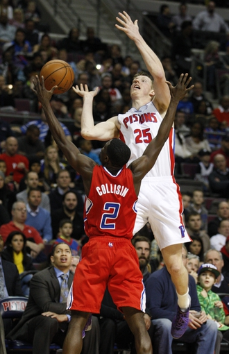 Jan 20, 2014; Auburn Hills, MI, USA; Detroit Pistons small forward Kyle Singler (25) looses the ball as he is defended by Los Angeles Clippers point guard Darren Collison (2) during the third quarter at The Palace of Auburn Hills. Clippers beat the Pistons 112-103. Mandatory Credit: Raj Mehta-USA TODAY Sports